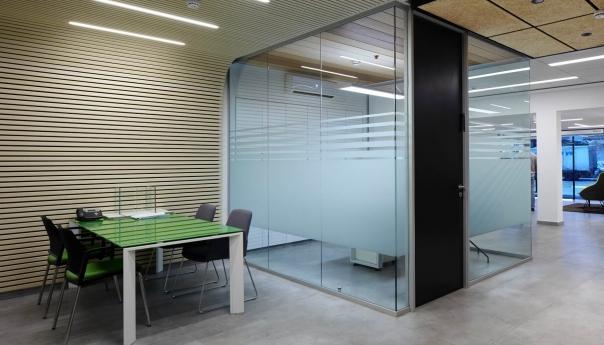 מחיצה למשרד מדגם FG עם דלת עץ אטומה