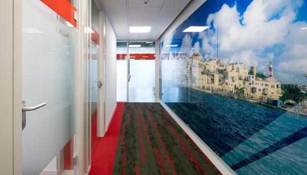 מחיצות זכוכית משרדי RED HAT רעננה