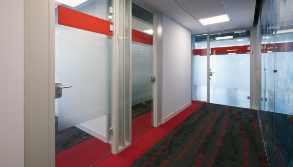 מחיצות זכוכית משרדי RED HAT