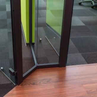 פינה מחיצות זכוכית למשרד