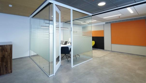 מחיצה למשרד מדגם FG עם דלת זכוכית במסגרת עץ