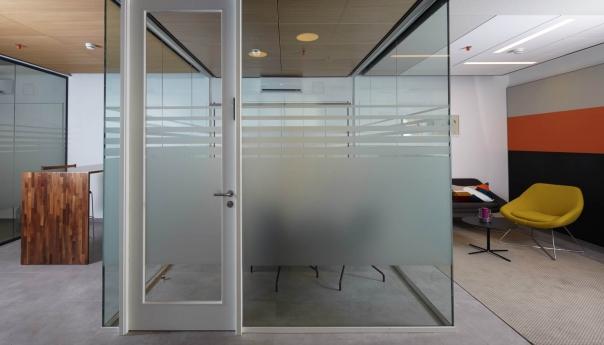 מחיצה מדגם FG עם דלת זכוכית במסגרת עץ